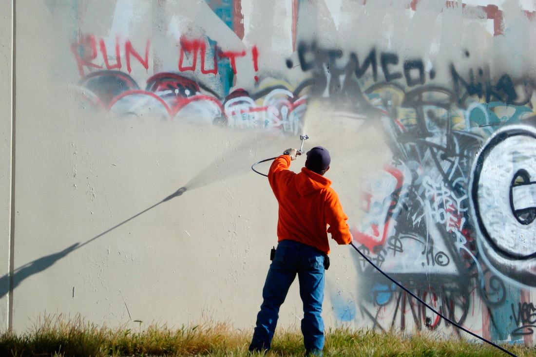 Eliminación de grafitis con chorro de agua a presión