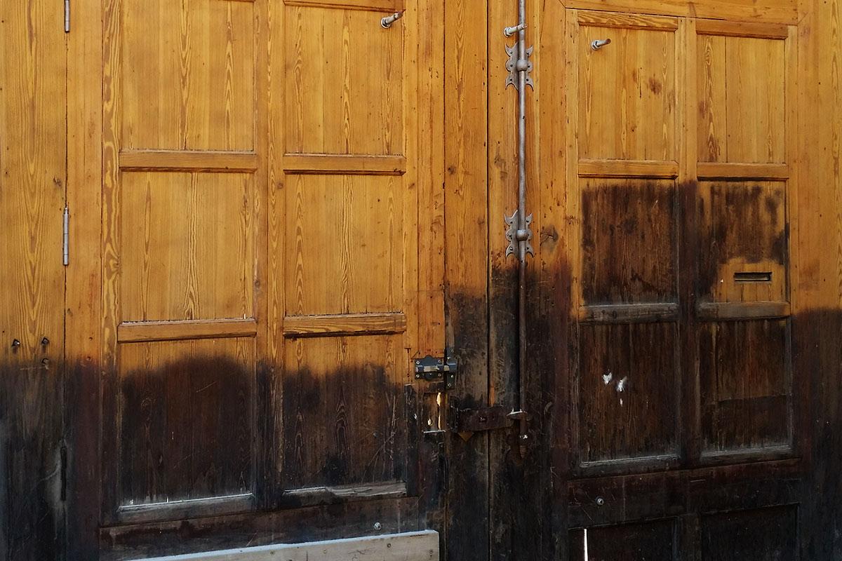 Limpieza y restauración de portón de madera